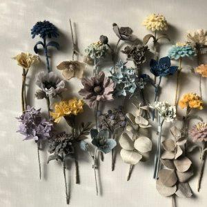 材料を手で染め、一つの花の形に。なんとも言えないニュアンスのある花々。