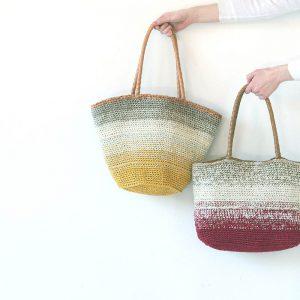 2de1453681b7 ラフィア調の糸に細番手コットンを編み込んだ、グラデーションカラーのバッグです。